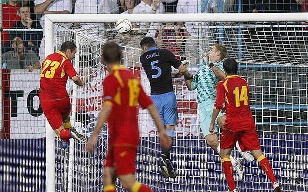 El delantero del Rayo se eleva para empatar el encuentro ante Inglaterra