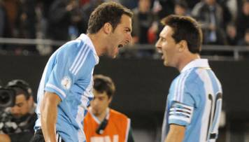 Messi e Higuaín celebran un gol en el encuentro ante Chile