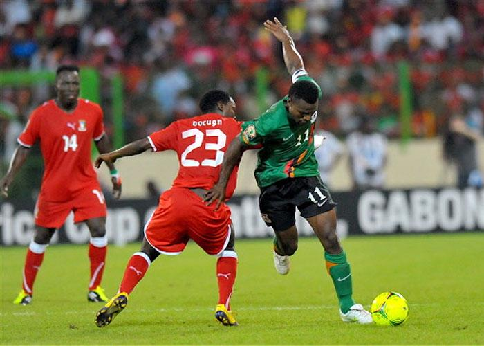 El zambio Christopher Katongo, autor del gol, trata de zafarse de Colin ante la mirada de Ben Konaté
