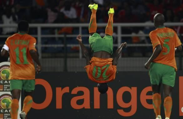 Mayuka celebra el primer gol ante la mirada de Katongo e Himoonde