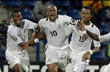 André Ayew (centro) celebra el segundo tanto con Masahudu Alhassan (izq.) y su hermano Jordan Ayew (dcha.)