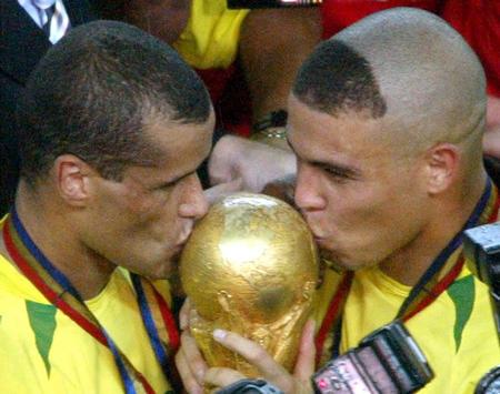 Rivaldo y Ronaldo besan la Copa Jules Rimet tras vencer el Mundial de 2002