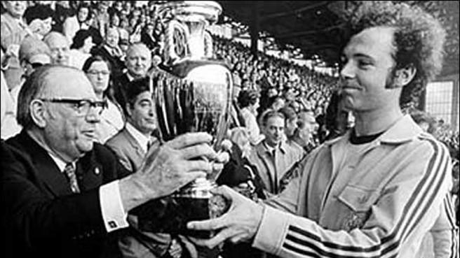 Franz Beckenbauer alza el trofeo de campeón de Europa en el estadio Heysel de Bruselas en 1972