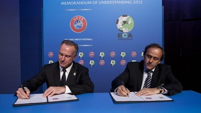 Rummenigge, izquierda, y Platini firman el acuerdo entre UEFA y la ECA