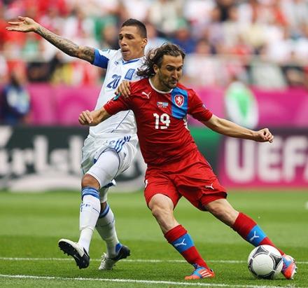 Jiráček golpea con la izquierda en el primer gol del encuentro