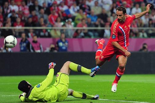 Shirokov se la pica a Cech para anotar el segundo