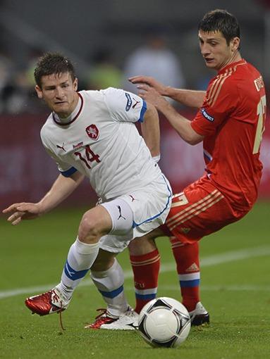 Alan Dzagoev (2 tantos) presiona a Václav Pilař, el goleador checo