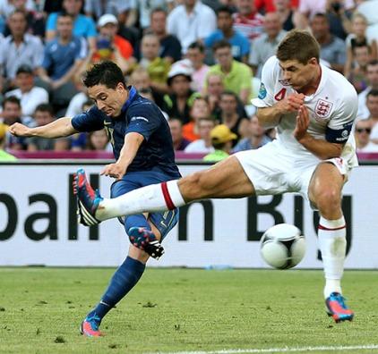 Nasri remata con la derecha en el gol francés