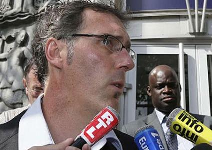Blanc anuncia ante los medios su dimisión